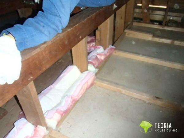 小屋裏の壁すき間に気流止めを施工