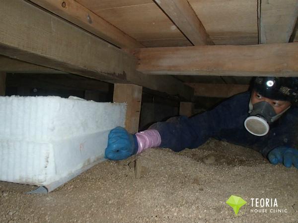 断熱材を床下に搬入
