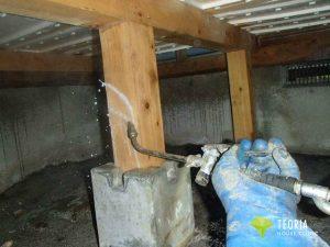 木材部に薬剤を吹き付ける