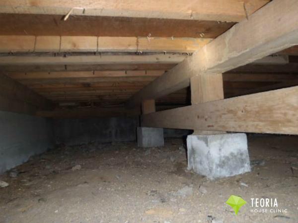 床下に入り被害状況を確認