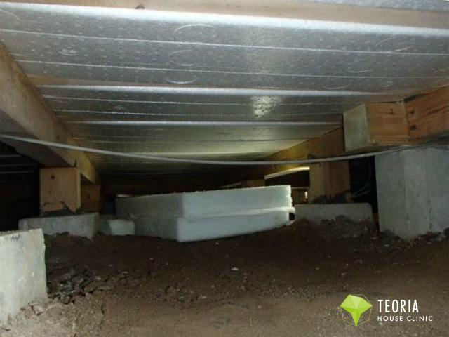 断熱材の床下への搬入